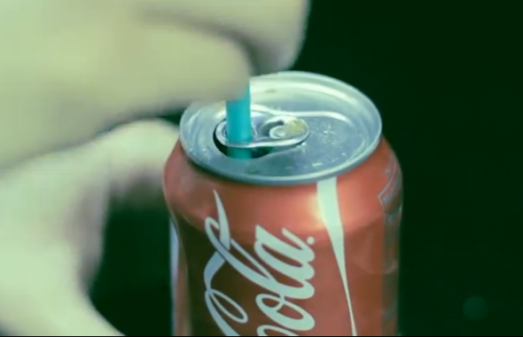 to-keep-a-straw-inside-a-can