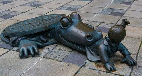 3-manhole-art-crocodile_tn