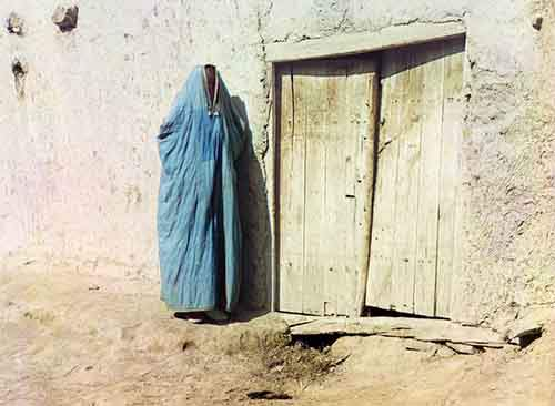 a-woman-in-a-purdah-waits-outside-a-doorway-in-russia