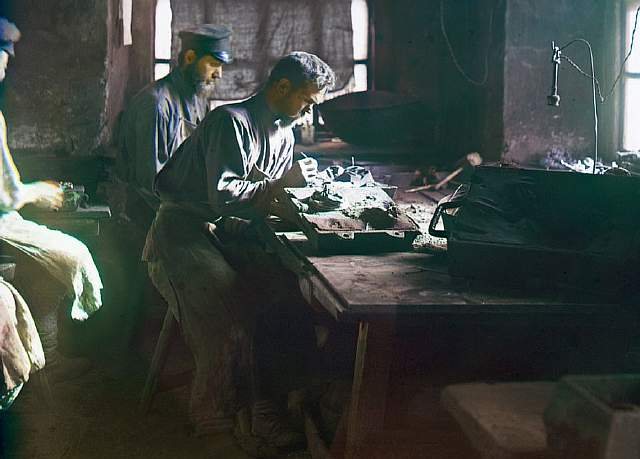 men-work-on-iron-casts-in-this-factory