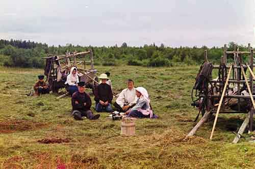 workers-take-a-break-from-harvesting-hay-in-russia