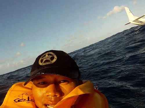 Man survives plane crash and takes an epic selfie