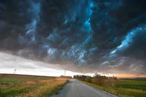 this-shelf-cloud-is-called-a-whales-mouth-by-storm-chasers