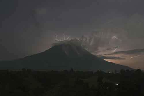 lightning-strikes-as-indonesias-mount-sinabung-volcano-spews-ash-and-hot-lava