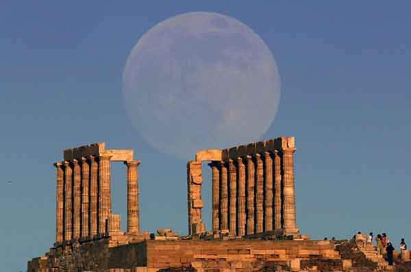 the-supermoon-rises-over-the-temple-of-poseidon-the-ancient-greek-god-of-the-seas-in-cape-sounion-greece