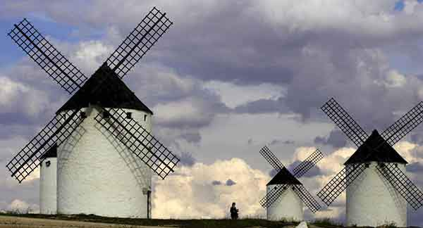 tourists-visit-the-famous-ancient-windmills-in-central-spain