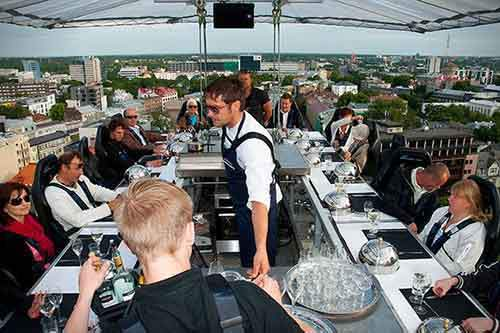 http://mixstuff.ru/wp-content/uploads/2014/07/Dinner-In-The-Sky-5.jpg