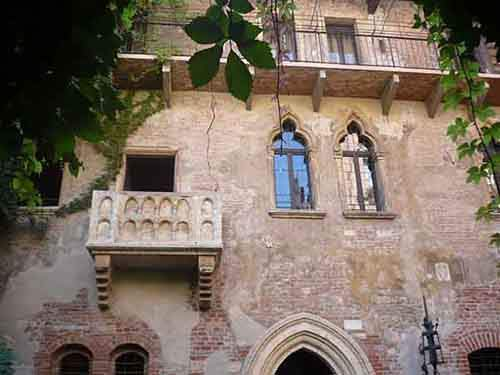 re-enact-the-famous-shakespearean-scene-on-juliets-balcony-in-verona