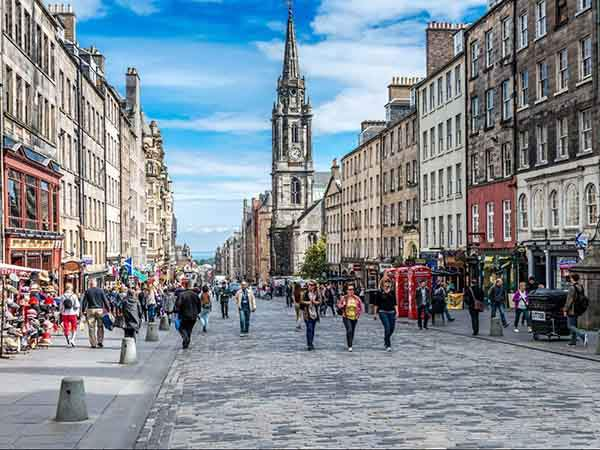 edinburghs-royal-mile-the-highstreet-is-one-of-the-most-famous-streets-in-scotland