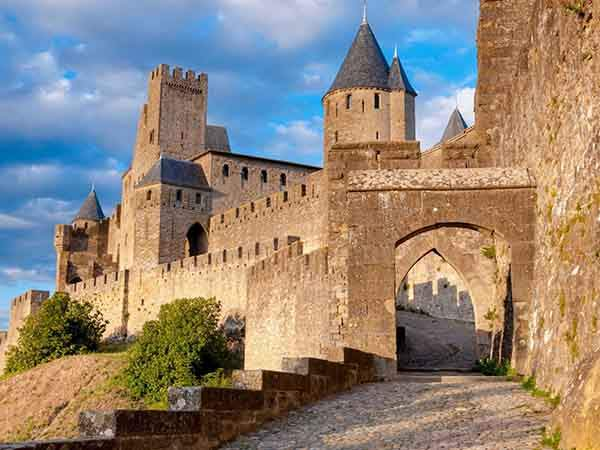 stroll-along-the-ramparts-of-the-medieval-city-of-carcassonne