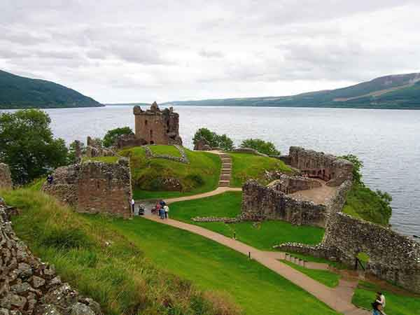 the-ruins-of-urquhart-castle-overlook-loch-ness