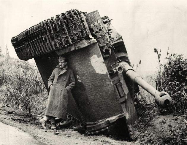 historical-photos-pt9-brit-soldier-hiding-from-rain-under-tiger