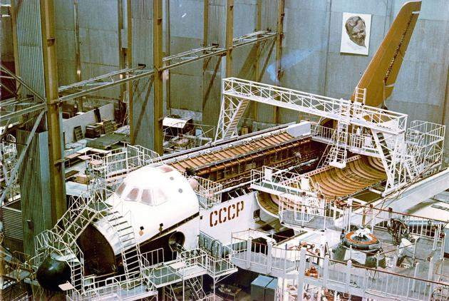 historical-photos-pt9-building-buran-soviet-shuttle