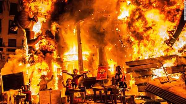 unique-festivals-around-the-world-las-fallas-valencia-3