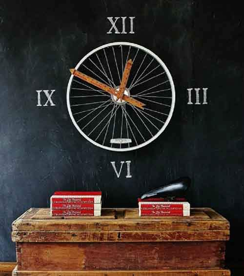 A-wall-clock-from-old-bicycle-parts