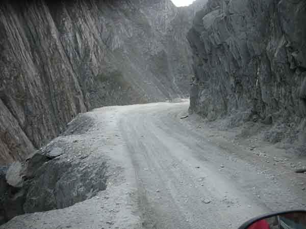 the-most-dangerous-road-in-india-artnaz-com-11