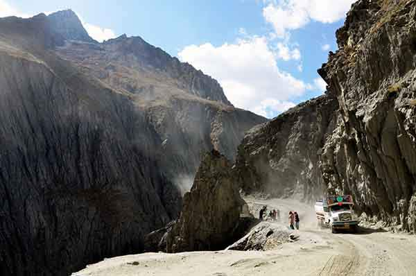 the-most-dangerous-road-in-india-artnaz-com-12