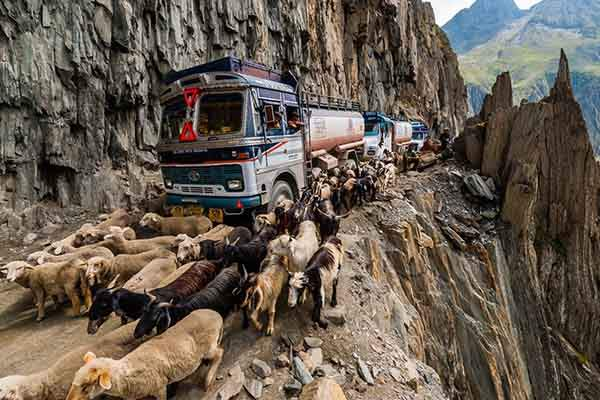 the-most-dangerous-road-in-india-artnaz-com-8