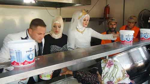 bride-groom-feed-refugees-wedding-2
