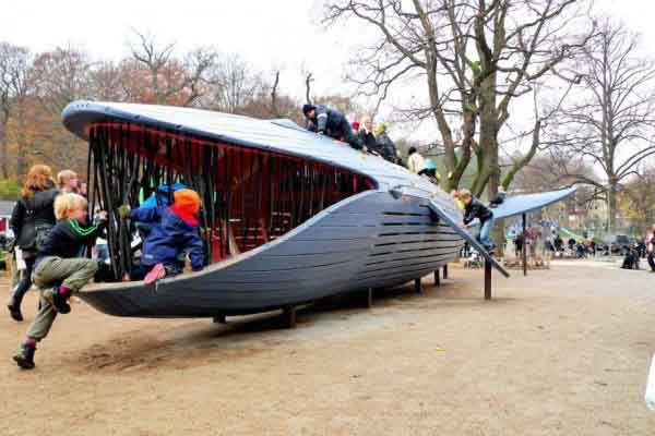 monstrum-also-constructed-this-50-foot-long-blue-whale-in-gothenburg-sweden-children-can-climb-into-its-stomach-and-slide-down-its-back