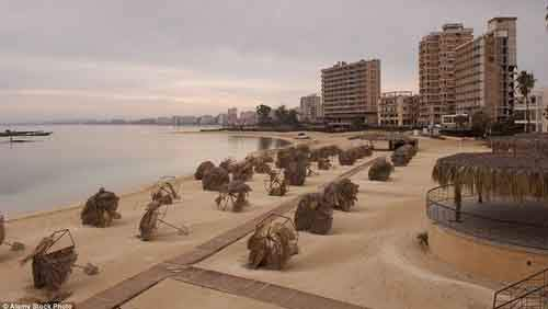 2CB895C100000578-3247748-Varosha_was_abandoned_when_the_resort_was_invaded_by_Turkish