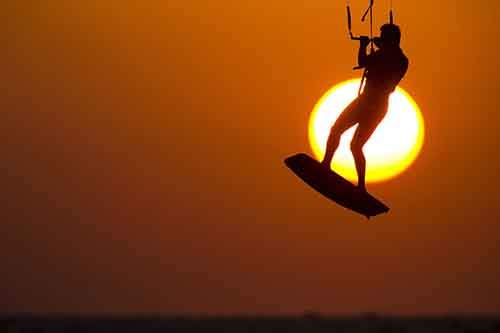 A man kitesurfs in the Mediterranean sea at the southern Israeli city of Ashkelon November 1, 2015. REUTERS/ Amir Cohen - RTX1U9HF
