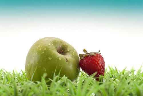 10-Teeth-Whitening-Home-Remedies-Apples-and-Strawberries