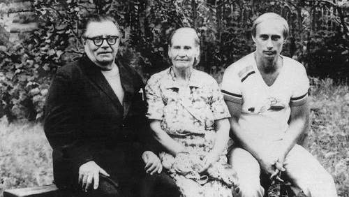 Vladimir Putin with his parents, Maria and Vladimir, just before his departure to Germany, in 1985-1