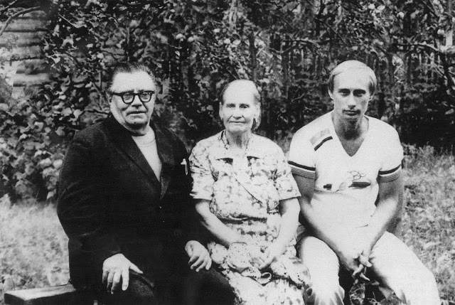 Vladimir Putin with his parents, Maria and Vladimir, just before his departure to Germany, in 1985