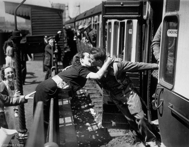 Romantic Kisses in the Past That You Have Rarely Seen Today (12)