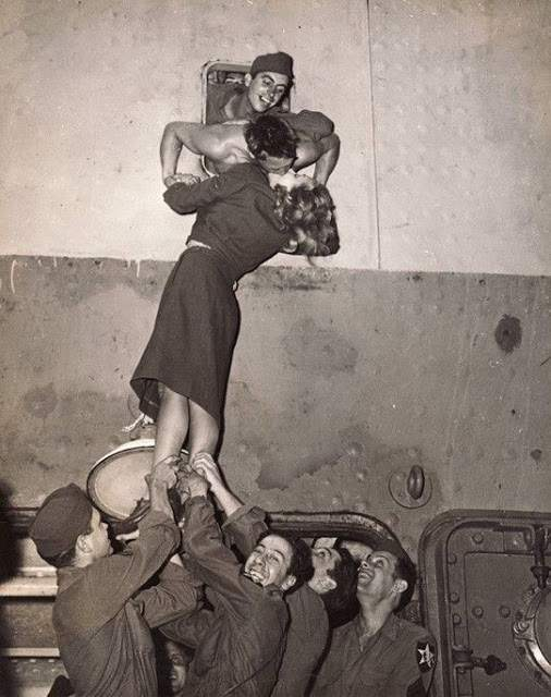 Romantic Kisses in the Past That You Have Rarely Seen Today (7)
