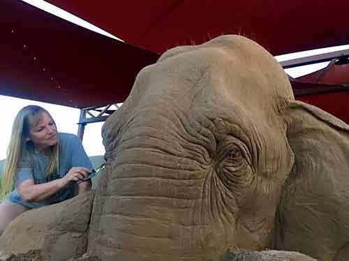 elephant-mouse-playing-chess-sand-sculpture-ray-villafane-sue-beatrice-1