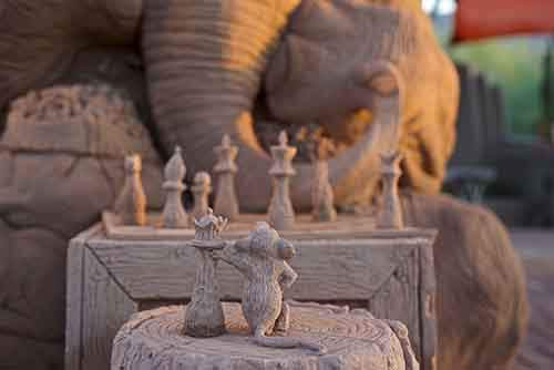 elephant-mouse-playing-chess-sand-sculpt