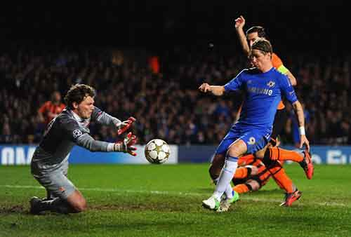 LONDON, ENGLAND - NOVEMBER 07:  Fernando Torres of Chelsea closes down goalkeeper Andriy Pyatov of Shakhtar Donetsk during the UEFA Champions League Group E match between Chelsea and Shakhtar Donetsk at Stamford Bridge on November 7, 2012 in London, England.  (Photo by Mike Hewitt/Getty Images)