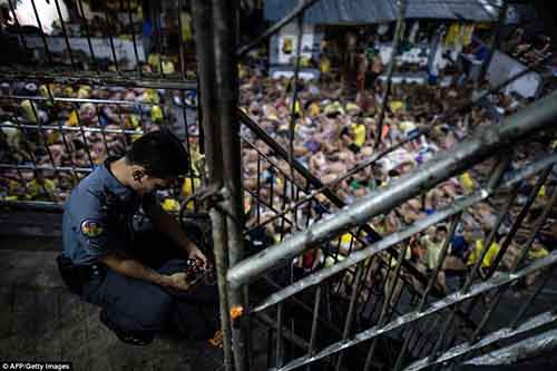 36B8054F00000578-3715617-A_prison_guard_locks_a_gate_inside_the_Quezon_City_jail_as_the_m-a-114_1469859323928