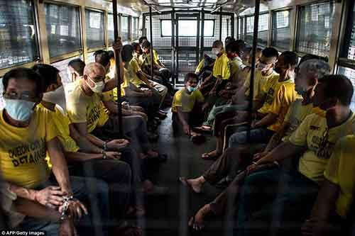 36B8347700000578-3715617-Inmates_ride_on_a_prison_bus_to_attend_their_trial_at_the_Quezon-a-4_1469860823941