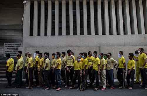 36B8348700000578-3715617-Pictured_in_their_regulation_yellow_shirts_inmates_queue_up_to_a-a-119_1469859324325