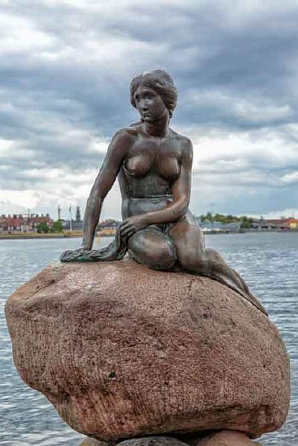 Copenhagen_-_the_little_mermaid_statue_-_2013-610x913