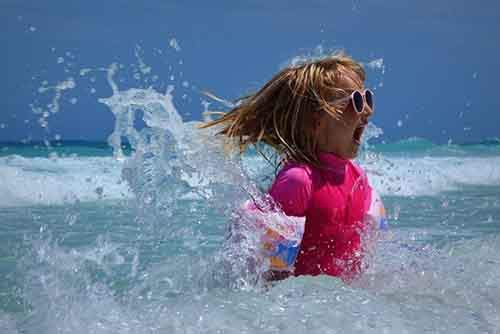 14-girl-playing-in-ocean-610x407