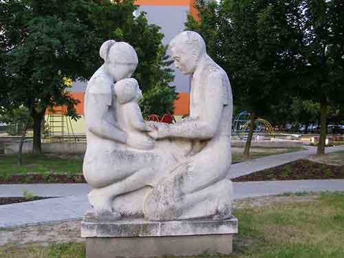 23-parents_with_child_statue_hrobakova_street_bratislava-610x457