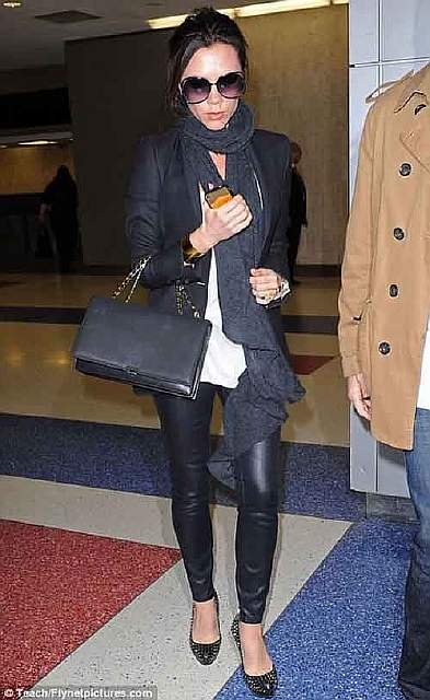 victoria-beckham-with-gold-iphone-1
