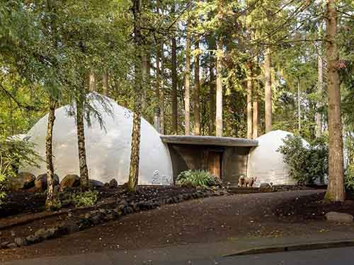 sunlight-streams-through-portholes-in-the-domed-roofs-of-this-eye-popping-home-oom