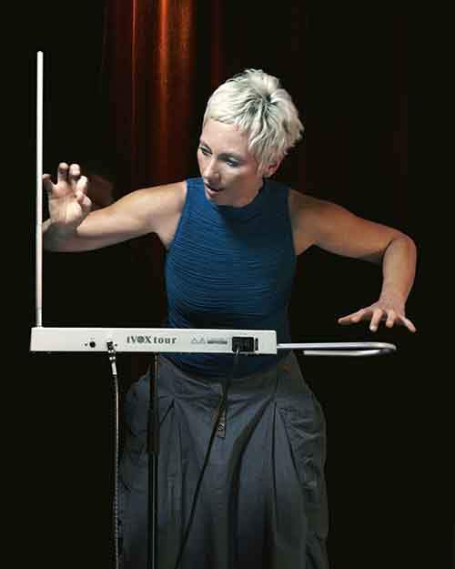 barbara_buchholz_playing_tvox-theremin-610x763
