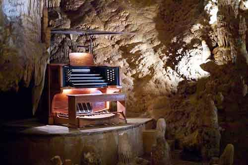 stalacpipe_organ_booth_at_luray_caverns-610x405
