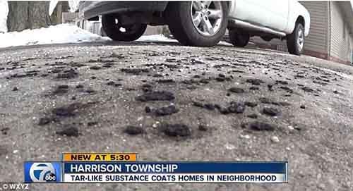Чёрная, маслянистая субстанция появилась в воскресенье не менее чем на шести дорогах в городке Харрисон, штат Мичиган