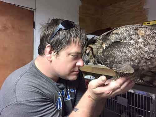 rescue-owl-hugs-man-gigi-douglas-pojeky-3